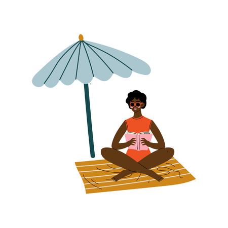 Chica afroamericana sentada bajo la sombrilla, hermosa mujer relajante en la playa en vacaciones de verano ilustración vectorial sobre fondo blanco.