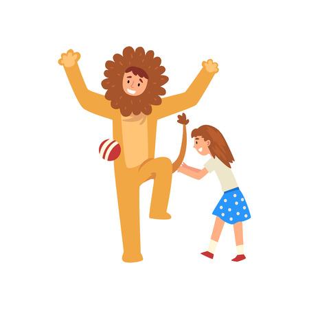 Fille heureuse s'amusant avec l'animateur en costume de lion à la fête d'anniversaire, artiste en costume de fête avant l'illustration vectorielle Kid sur fond blanc.