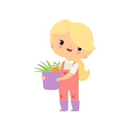 Linda chica joven en guardapolvos y botas de goma sosteniendo la cesta llena de verduras frescas, personaje de dibujos animados de chica de granjero trabajando en la ilustración de vector de jardín sobre fondo blanco.