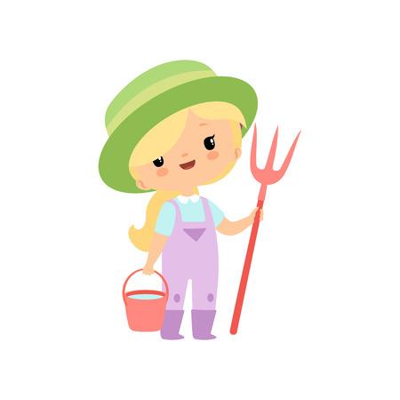 Nettes junges Mädchen in Overalls, Gummistiefeln und Hut stehend mit Heugabel und Eimer, Bauernmädchen-Cartoon-Charakter-Vektor-Illustration