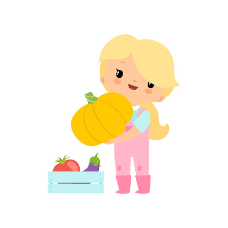 Cute giovane ragazza in tuta e stivali di gomma con la zucca, personaggio dei cartoni animati della ragazza dell'agricoltore che raccoglie l'illustrazione di vettore delle verdure su cenni storici bianchi.
