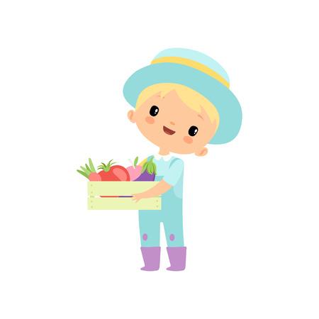 Chico lindo en overoles, botas de goma y sombrero con caja de madera llena de verduras, personaje de dibujos animados de joven agricultor involucrado en actividades agrícolas ilustración vectorial sobre fondo blanco.
