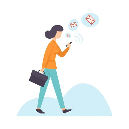 Imprenditrice in chat utilizzando smartphone, donna che comunica via Internet con dispositivo mobile, illustrazione vettoriale di social networking su sfondo bianco.