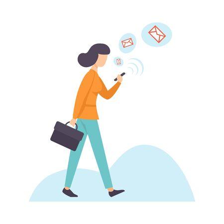 Mujer de negocios charlando con smartphone, mujer que se comunica a través de Internet con dispositivo móvil, ilustración vectorial de redes sociales sobre fondo blanco.