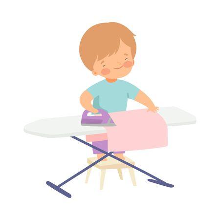 Ragazzo carino stirare i vestiti a bordo, adorabile bambino che fa le faccende domestiche a casa illustrazione vettoriale su sfondo bianco.