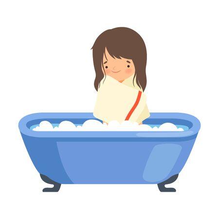 Niña sonriente después del baño envuelta en una toalla, Adorable niño tomando baño en la bañera llena de espuma en el baño, Ilustración de Vector de higiene diaria sobre fondo blanco.