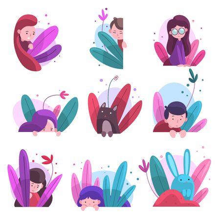 Ragazzi carini, ragazze e animali che si nascondono nel set di cespugli, bambini adorabili, coniglietti e gatto che sbirciano dall'erba densa colorata, illustrazione vettoriale di un mondo immaginario luminoso Vettoriali