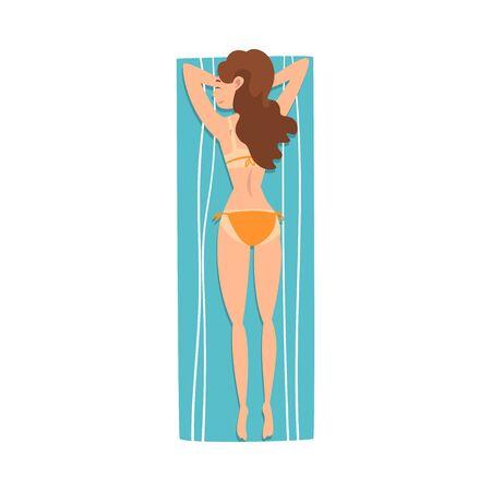 Junge Frau, Sonnenbaden auf Strandtuch, Mädchen, das auf ihrem Bauch liegt, Draufsicht-Vektor-Illustration auf weißem Hintergrund. Vektorgrafik