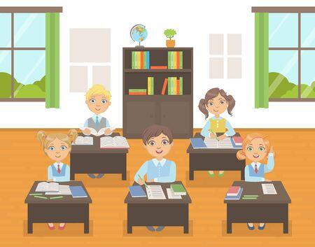 Niños lindos de la escuela en uniforme estudiando en la lección de la escuela, Ilustración de Vector interior de aula en estilo plano.