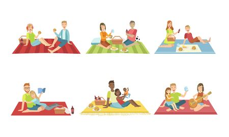 Happy Families Having Picnic In Park Set, People Sitting On Plaids, Eating and Relaxing, Couples and Kids Spending Time Together Vector Illustration Archivio Fotografico - 129699316