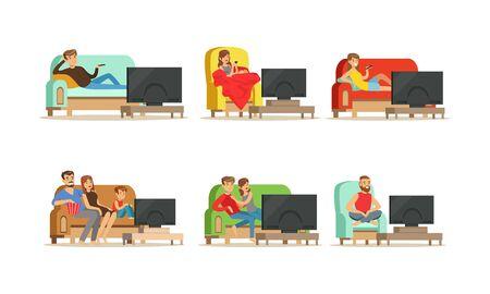 Menschen-Charaktere, die auf einer gemütlichen Couch und einem Sessel sitzen und TV-Vektor-Illustrationen ansehen. Abendunterhaltungskonzept