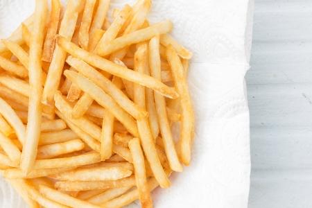 papas fritas: Las patatas fritas franc?s es un alimento popular en el mundo Foto de archivo