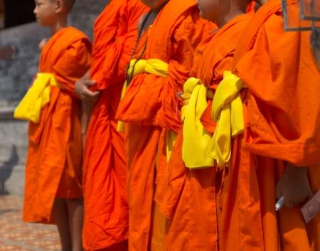 黄色いローブは、タイの司祭の身に着けています。