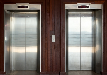 エレベーターは乗客および貨物に使用するデバイスです。
