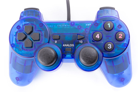 白い背景の上のコント ローラーと再生のビデオ ゲームの青のジョイスティックの分離