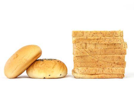 bn: El pan integral y pan de lleno en el fondo blanco Foto de archivo