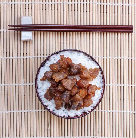 lunch: Arroz con salsa de pescado frito de cerdo en el fondo de madera