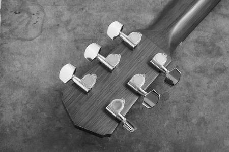 tercet: Acoustic guitarhead stock and tuner.