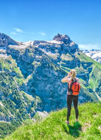 Traveler screams against the backdrop of the mountain peaks, the Engelberg resort, Switzerland 版權商用圖片 - 96080593