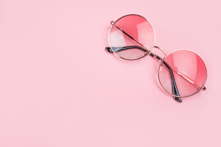 Round gradient sunglasses isolated on pink background. Banque d'images