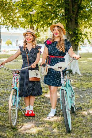 Kiev, Ukraine - 19 mai 2019 : des filles en robes vintage participant à une croisière rétro en tweed à vélo à Kiev, en Ukraine. Éditoriale