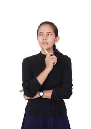 美しい女性は、白いペンを持つ青色のスカート黒のブラウスを着ていた、深刻な何かを考えます。白い背景に分離