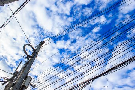푸른 하늘 배경으로 낮은 각도보기에서 전기 극. 스톡 콘텐츠