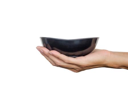 손을 잡고 흰색 배경에 고립 된 검은 그릇. 클리핑 패스입니다.