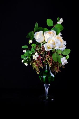 White roses bouquet in the vase on black background  Zdjęcie Seryjne