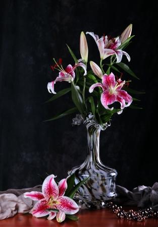 lily flowers: Naturaleza muerta con flores de color rosa lirio en un jarr�n de vidrio