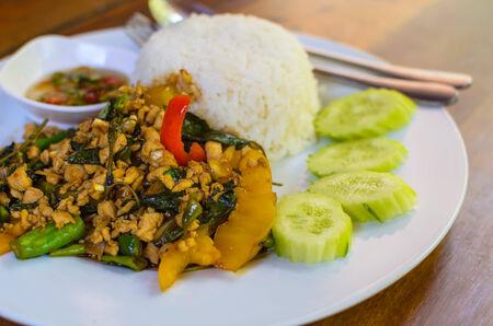 santa cena: pollo frito en la albahaca morada servido con arroz jazm�n.