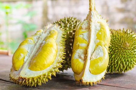 Durian gereift und frisch, Durianschale mit gelber Farbe auf Holztisch.