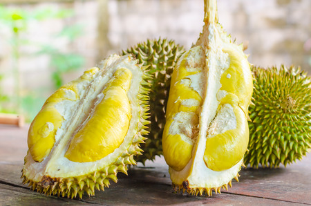 Durian mûri et frais, peau de durian de couleur jaune sur table en bois.