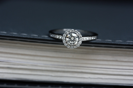 delicated: Delicated halo diamond ring