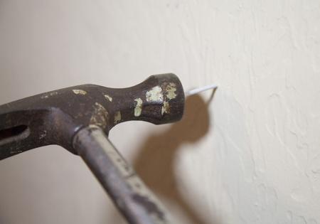 Hammer markante Nagel an der Wand mit Hammer Schatten Standard-Bild - 20943014