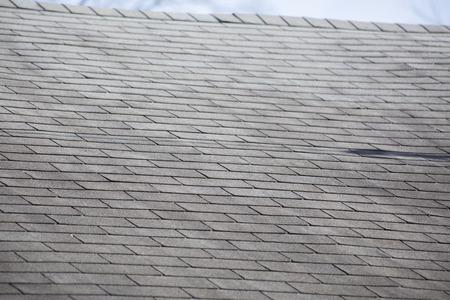 Tejas dañadas en un techo después de una tormenta Foto de archivo - 85182258
