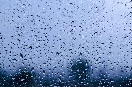 gotas de agua: Gotas de agua en la ventana de vidrio