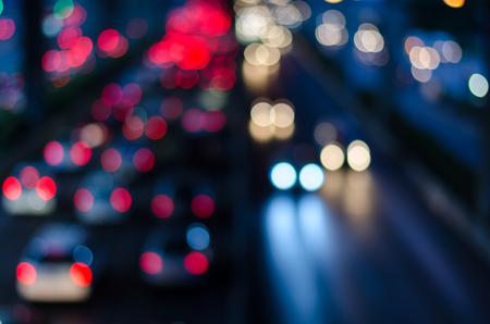 Wazige 's nachts licht verkeer in de stad van Bangkok, Thailand. Abstracte onscherpe achtergrond. Stockfoto
