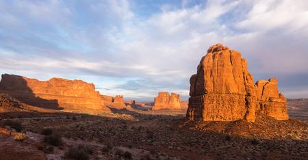 아치 국립 공원의 이른 아침 극적인 풍경보기. 3 개의 험담, 양 바위, 바벨탑 및 모 놀리 식 암석으로 둘러싸인 오르간.