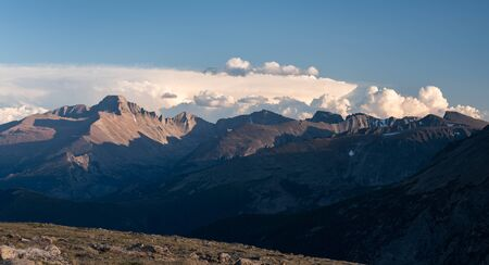 Trail Ridge view point of Longs Peak in the late afternoon light. 14,259 foot Longs Peak is the highest point in Rocky Mountain National Park in Colorado. Standard-Bild
