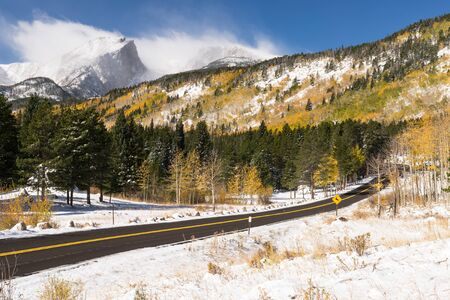 12,713 foot Hallet Peak and 12,324 foot Flattop Mountain after an early Fall snow storm.  A scenic paved road takes visitors through the rich scenic views of Rocky Mountain National Park in Colorado. Standard-Bild