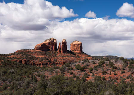 Cathedral Rock rises above a forest of juniper and pine trees of Northern Arizona near Sedona. Standard-Bild