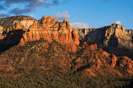 Camel Head and Snoopy Rock are Red Rock formations that rise above Sedona. Located within the Coconino National Forest Arizona. Standard-Bild