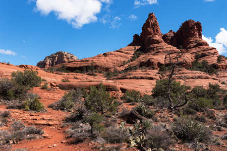 Bell Rock is located within the Coconino National Forest, Arizona.  Bell Rock is a popular hike and travel destination for tourists. Standard-Bild