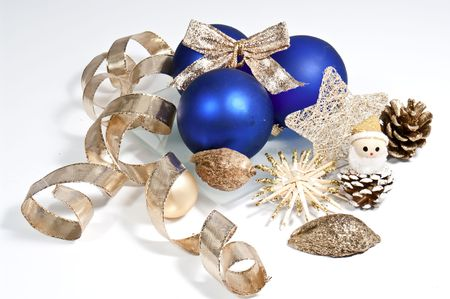 weihnachtsbaum: Blue christmas tree balls and golden ribbon