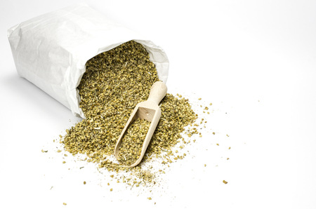 white paper bag: Dried com�n milenrama en una bolsa de papel blanco