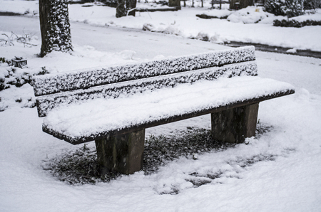 banc de parc: Park bench in the snow