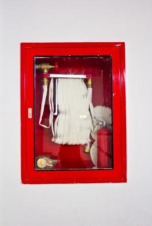 borne fontaine: Tuyau d'incendie dans la bo�te accroch�e au mur