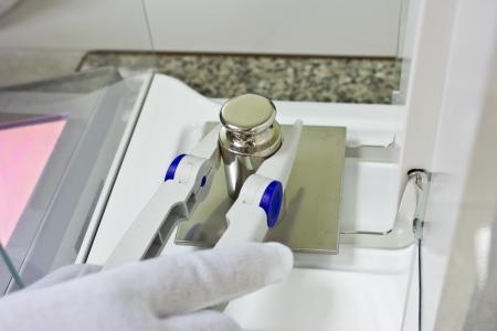 실험실 방에 교정 전자 저울