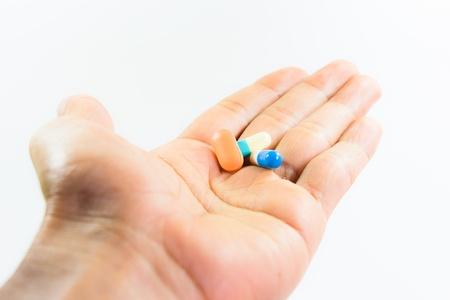 Pillen auf Hand mit weißem Hintergrund Standard-Bild